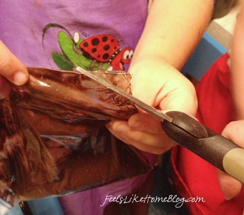 how to make astronaut pudding - This outer space article includes lots of science about astronauts and space travel. You can make this food treat with toddlers, preschoolers, or older kids. Very simple and easy recipe for homeschool or classroom..